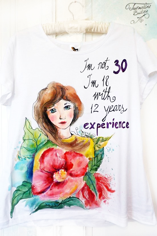 Femeia la 30 ani. Tricou pictat manual, cadou pentru aniversarea 30 ani.