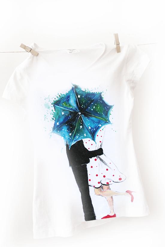 Tricou pictat cu un cuplu sub umbrela.Tricou personalizat.