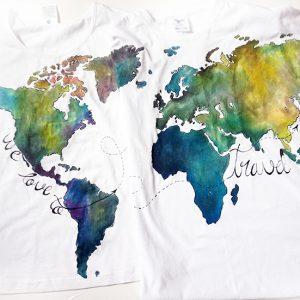 Tricouri asortate cu hărți colorate. Set tricouri personalizate.