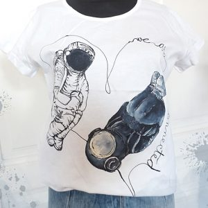 We are connected. Tricou cu astronauți, pictat manual, personalizat.