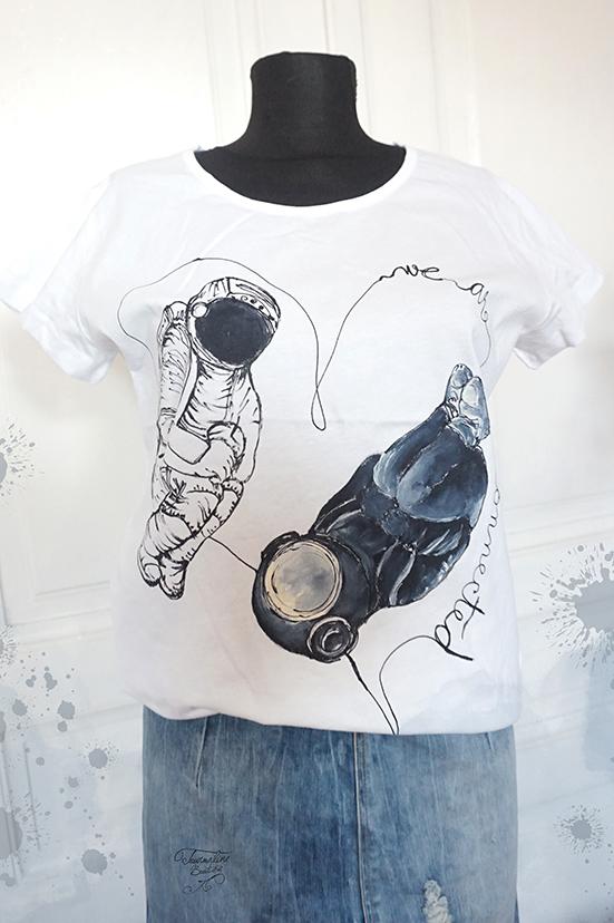 We are connected. Tricou cu astronauți, pictat manual, personalizat.