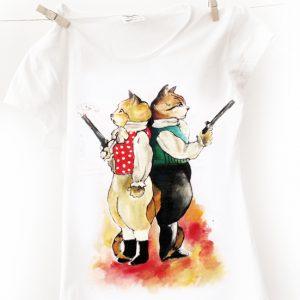 Cuplul de pisici la duel. Tricou pictat manual, personalizat.