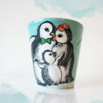 Familia de pinguini. Cană pictată manual, personalizată.