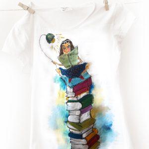 Fata care iubește cărțile. Tricou pictat, personalizat.
