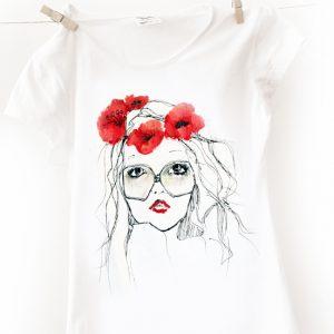 Fata cu coronița din flori de mac. Tricou pictat manual, personalizat.