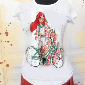Fata roșcată și bicicleta cu flori. Tricou peronalizat.