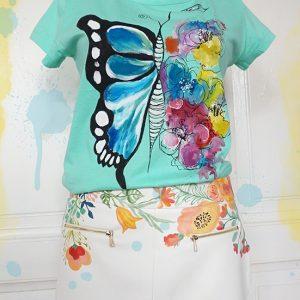 Fluturele și florile colorate. Tricou pictat manual, personalizat.