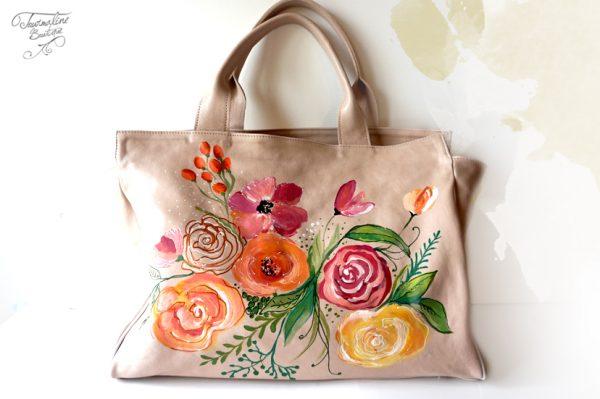 Geanta nude din piele naturală, pictată cu flori.