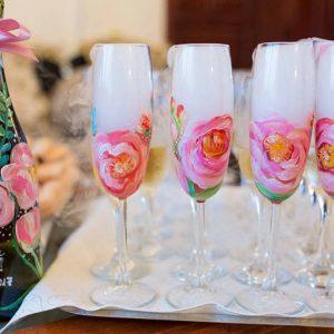Se trandafiri roz. Sticlă și pahare personalizate.