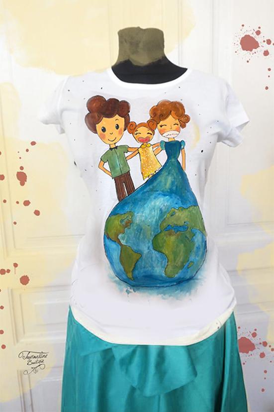 Tricou cu ilustrație de familie și glob pământesc.