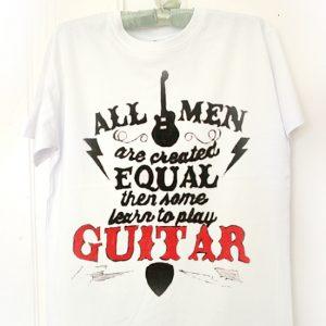 Guitar. Tricou pictat manual pentru chirtariști. Tricou personalizat.
