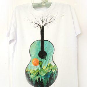 Chitară și munte. Muzică și natură.Tricou pictat manual, personalizat.