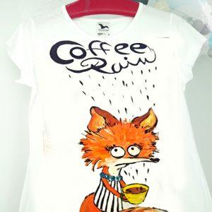 Vulpița în ploaia de cafea. Tricou pictat manual, personalizat