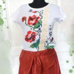 Tricou pictat cu model tradițional și broderie.