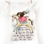 Tricou Fetița și Unicornul. Pictat manual, personalizat.