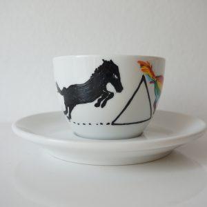 Ceașcă de cafea pictată cu un cal, unicorn. Înainte și după cafea.