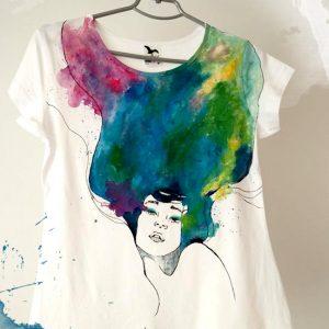 Tricou pictat fata cu par multicolor. Cadou personalizat.
