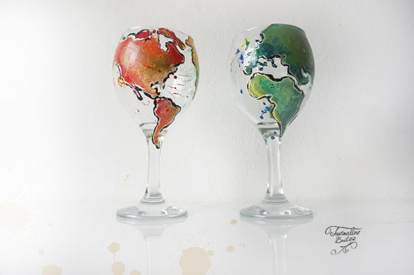 Pahare de vin pictate cu harta lumii.