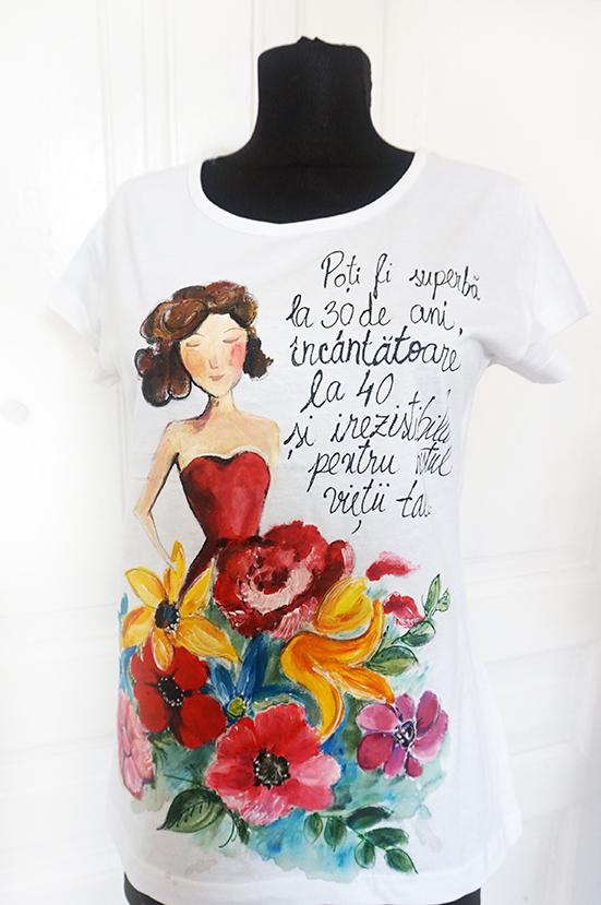 Tricou pictat manual. Citat Coco Chanel. Femeia la 30 ani, 40 ani.Cadouri personalizate.