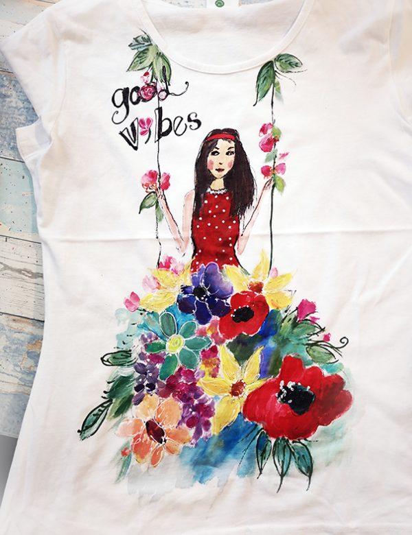 Tricou pictat, fata pe leagăn cu rochia din flori. Good Vibes