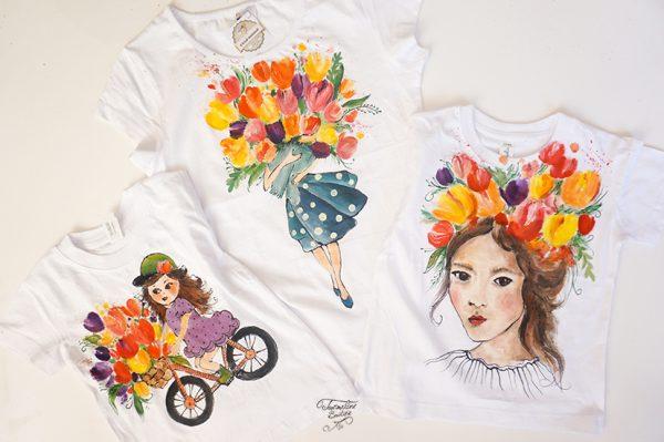 Mama și fetele asortate cu tricouri pictate cu lalele