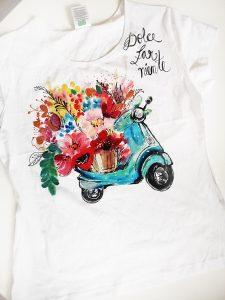 Tricou pictat manual cu vespa, flori și text. Dolce far niente