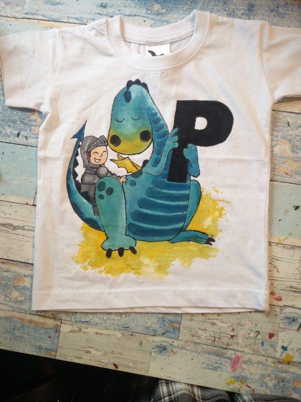 tricou pictat cu dinozaur si initiala numelui