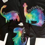 set tricouri o familie de dinozauri